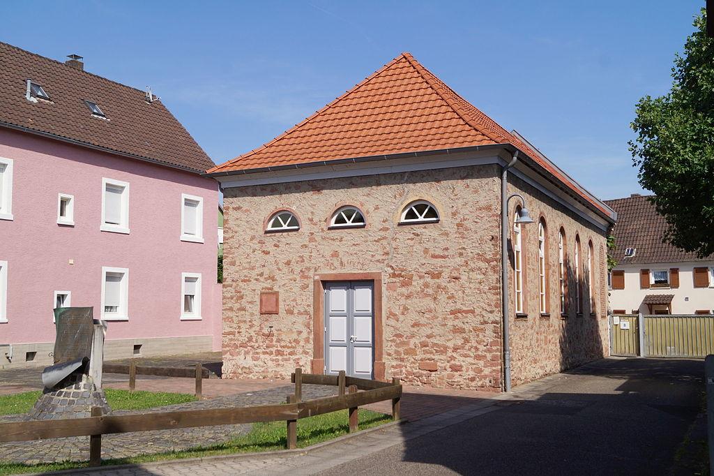 Alte Synagoge in Großkrotzenburg von Lumpeseggl (Eigenes Werk) [GFDL oder CC BY-SA 3.0], via Wikimedia Commons