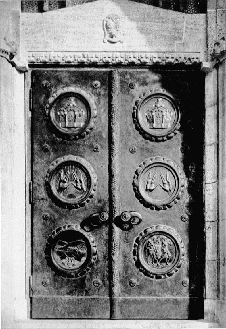 Hauptportal Tür in der Mitte