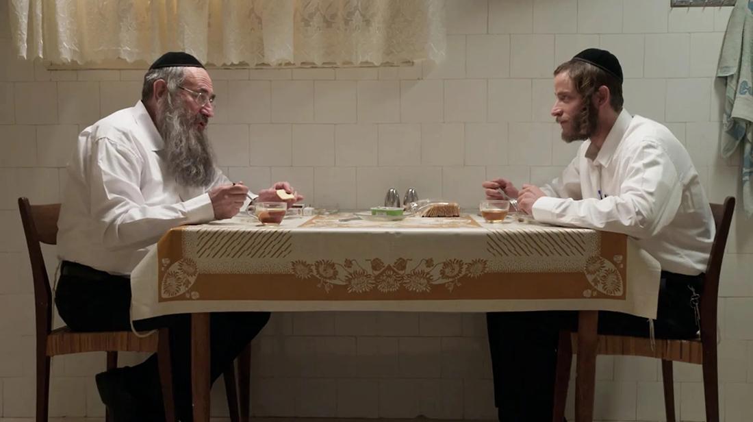 Shtisel und Shulem am Tisch